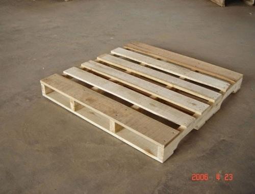 Pallet gỗ 2 hướng nâng khoét chân